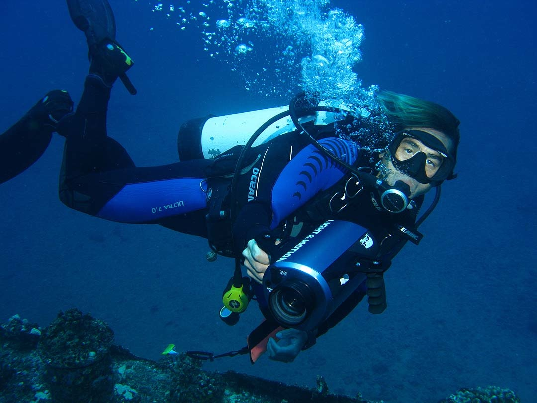 Scuba Dive instructor leading open water dive on North Shore of Oahu and teaching apnea training